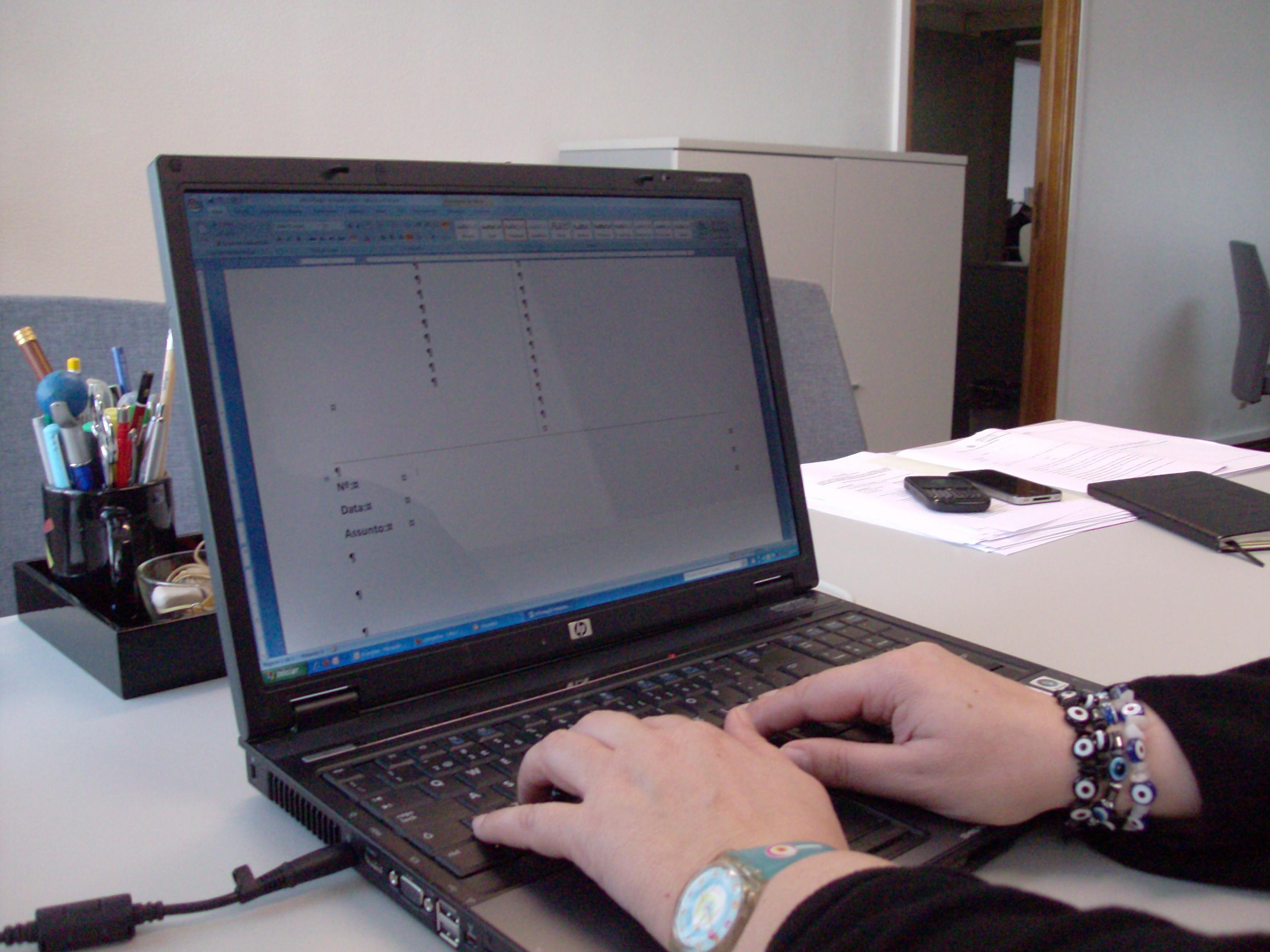 mãos teclam dados em computador