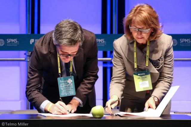 """Maria do Ceú Machado, Presidente do Infarmed, e Henrique Martins, Presidente da SPMS, na assinatura do Protocolo a 21 de março, na 2ª edição do """"Portugal eHealth Summit"""""""