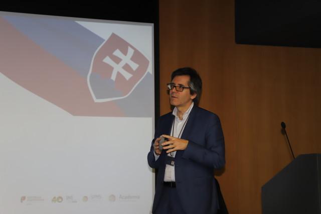 prof henrique fala para comitiva eslovaquia