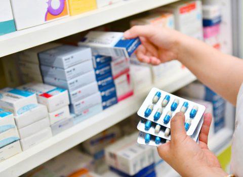 farmaceutico e medicamentos em prateleira