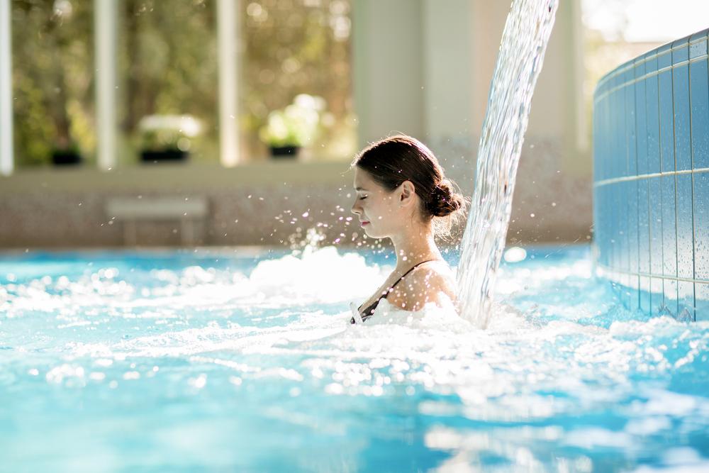 mulher em piscina