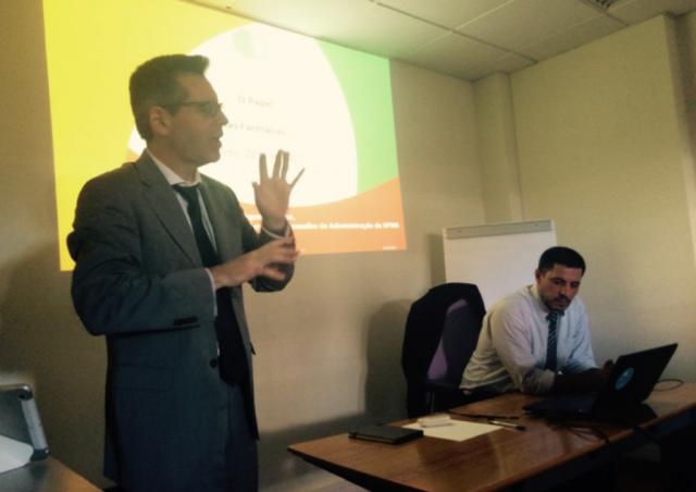 Presidente da SPMS, Henrique Martins (à esquerda), durante a sessão de esclarecimento sobre a Receita sem Papel realizada na Associação de Farmácias de Portugal (AFP)