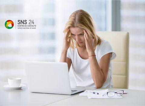 centro de contacto SNS 24 mulher com as mãos na cabeça