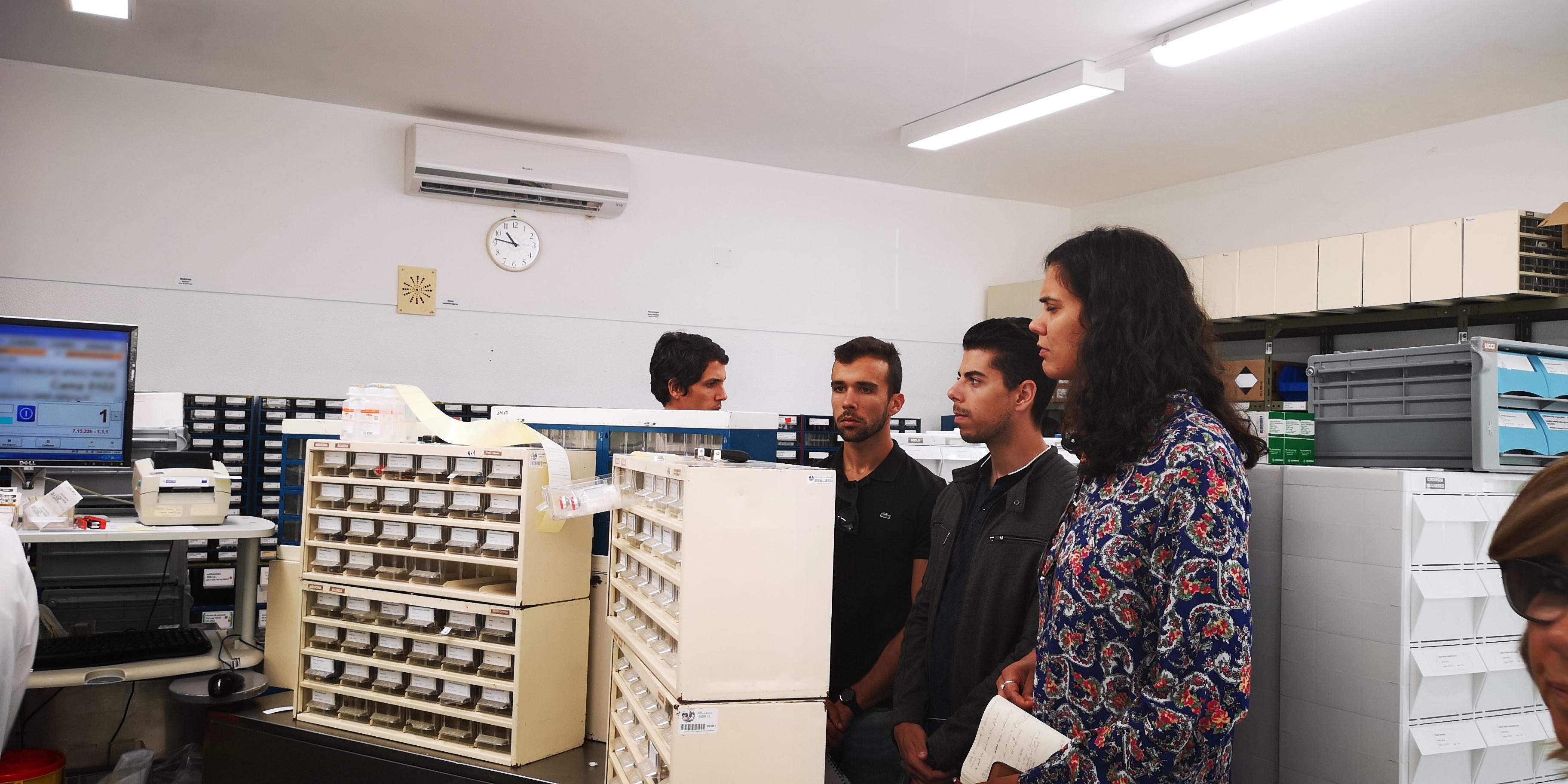 grupo em sala laboratorial