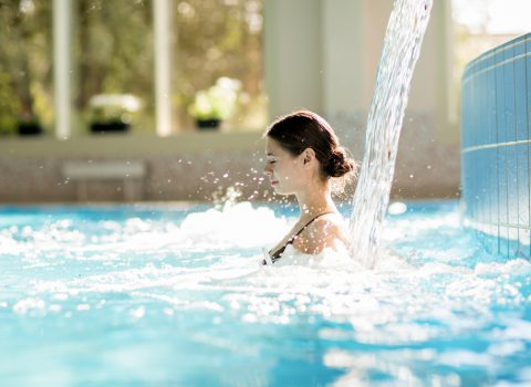 Cascata de água numa piscina